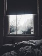 Fenêtre design dans une chambre à coucher